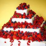Tort piętrowy ze świeżymi owocami