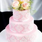 Tort weselny z kwiatami i koronką