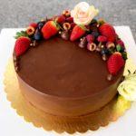 Czekoladowy tort z owocami